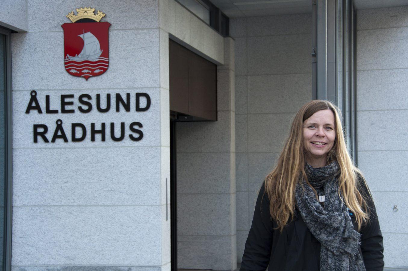 Dame står utenfor Ålesund rådhus, hvor hun er tilltisvalgt.