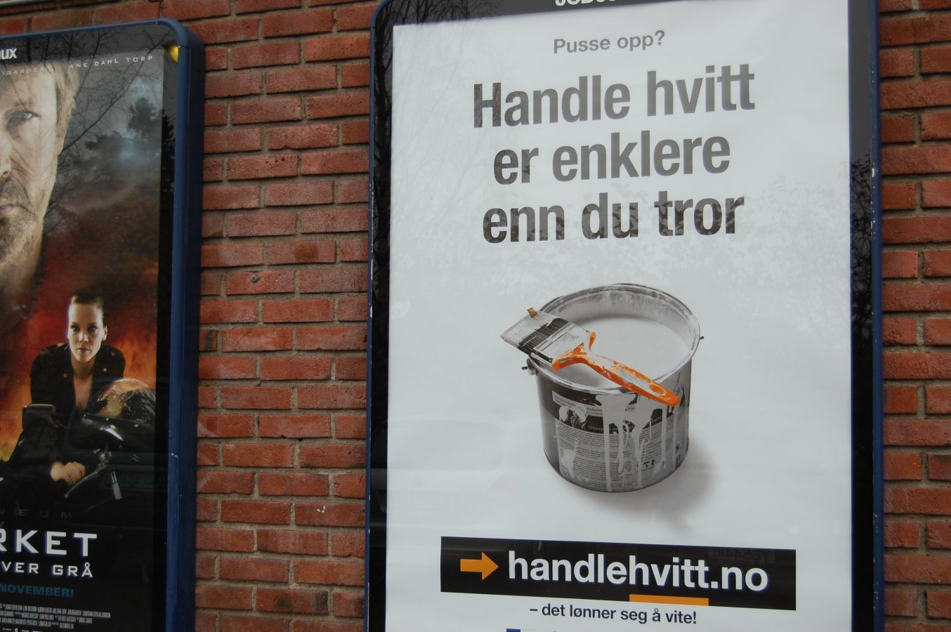 Plakat på murvegg med påskriften Handle hvitt er enklere enn du tror. Foto: LIv Hilde Hansen