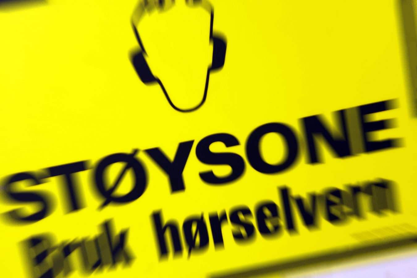 Advarselsskilt med påbud om hørselsvern. Støysone. Støy gir hørselsskade.  Foto: © Tore Wuttudal/Samfoto