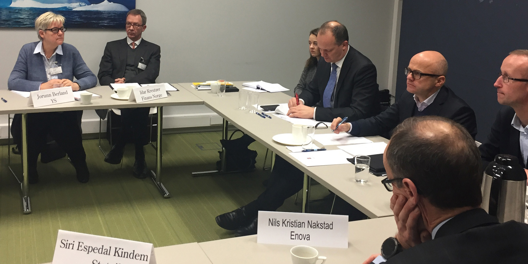 YS-leder Jorunn Berland, Idar Kreutzer, Finans Norge, samfedselsminister Ketil Solvik-Olsen og klima- og miljøminister Vidar Helgesen i KLimarådet sitter langs et bord og diskuterer.