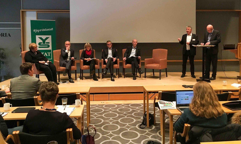 Fra venstre: Trine Skei Grande (V), Jan Tore Sanner (H), Karin Andersen (SV), Hans-Andreas Limi (Frp) og Per Olaf Lundteigen (Sp) i debatt på konfersansen til YS Stat. Leder Pål N. Arnesen  deltok også. Terje Svabø ledet debatten. Foto: Astrid Hellwig/Skatteetatens Landsforbund