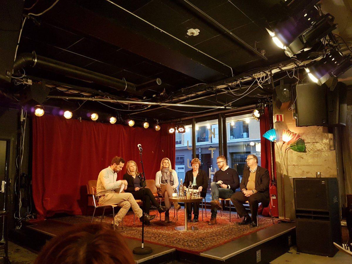 Thor Kleppen Sættem, Lise Christoffersen, Kirsti Bergstø, Inger Lise Blyverket og Hans-Erik Skjæggerud deltar i en paneldebatt om unge funksjonshemmede i arbeidslivet. De sitter på en scene og diskuterer.