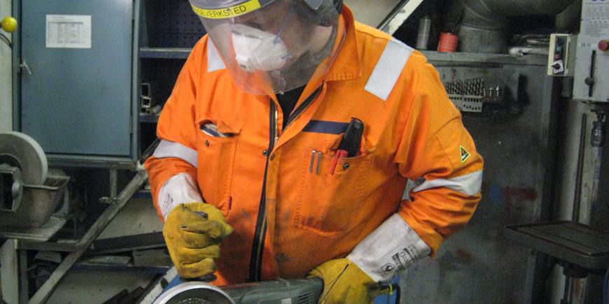 Mann i orange kjeledress. Arkivfoto: YS
