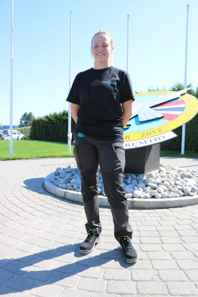 Janne Handrum går i læra som flysystemmekaniker hos AIM Norway. Her lærer hun blant annet å reparere og vedlikeholde norske jagerfly. Foto: Vetle Daler