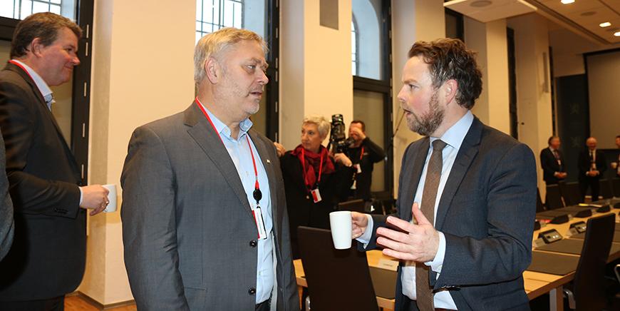YS-leder Erik Kollerud (t.v.),  sammen med arbeids- og sosialminister, Torbjørn Røe Isaksen. Foto: Liv Hilde Hansen