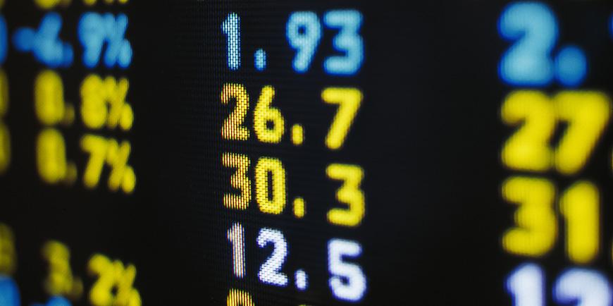 Illustrasjonsbilde av Johner Images. Svart skjerm med tall i gult og blått. Skal forestille børstall.