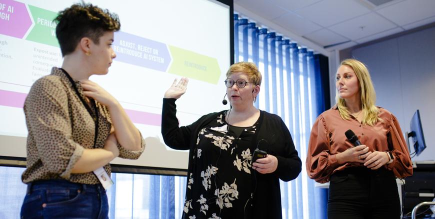 Tre damer snakker samen på et frokostmøte i anledning 8. mars hos YS.