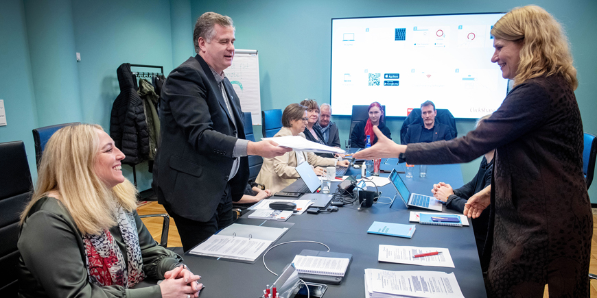 Forhandlingsleder Kjell Morten Aune overleverer Parat sine krav til forhandlingsleder Sunniva Berntsen i Norsk Industri. Foto: Gorm K. Gaare
