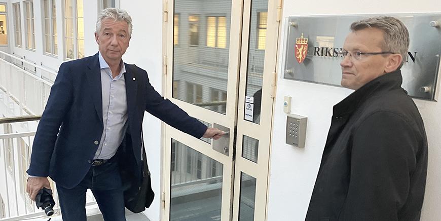 YS Stat-leder Pål N. Arnesen på vei inn til Riksmekleren onsdag formiddag. Til høyre LO Stat-leder Egil André Aas.