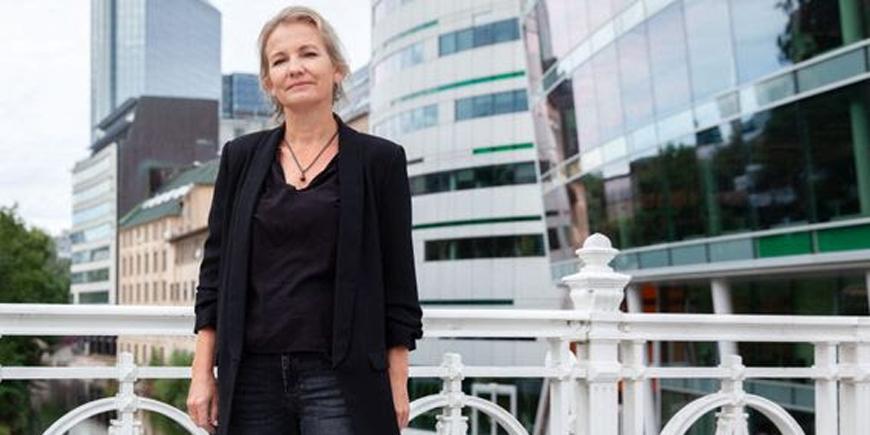 Forhandlingsleder for Yrkestrafikkforbundet Linda Jæger står på en bro med bygningner bak seg.