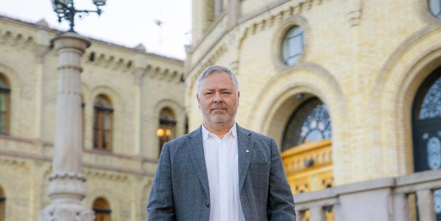 YS-leder Erik Kollerud foran Stortinget.