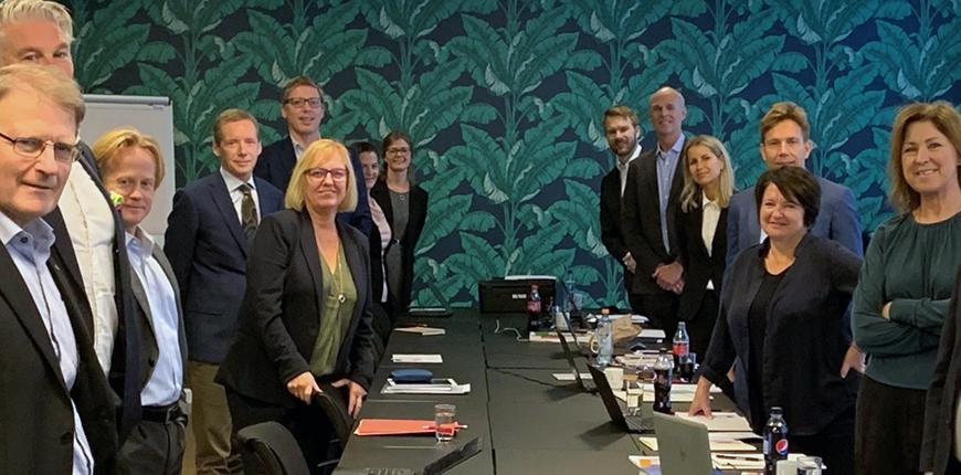Finansforbundets forhandlingsutvalg til venstre. Forbundsleder Vigdis Mathisen i midten, rett overfor Finans Norges forhandlingsleder og arbeidslivsdirektør Runa Kerr.