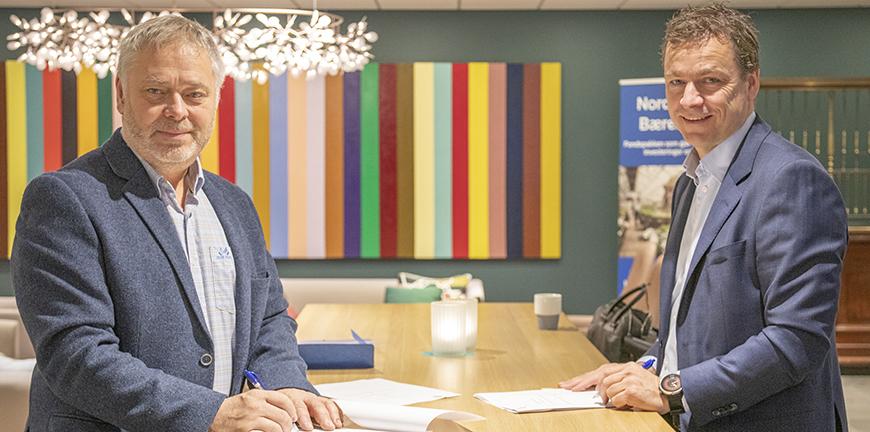 YS-leder Erik Kollerud og administrerende direktør i Nordea Liv, Hans-Erik Lind, har signert avtale om pensjonsparing for YS-medlemmene.