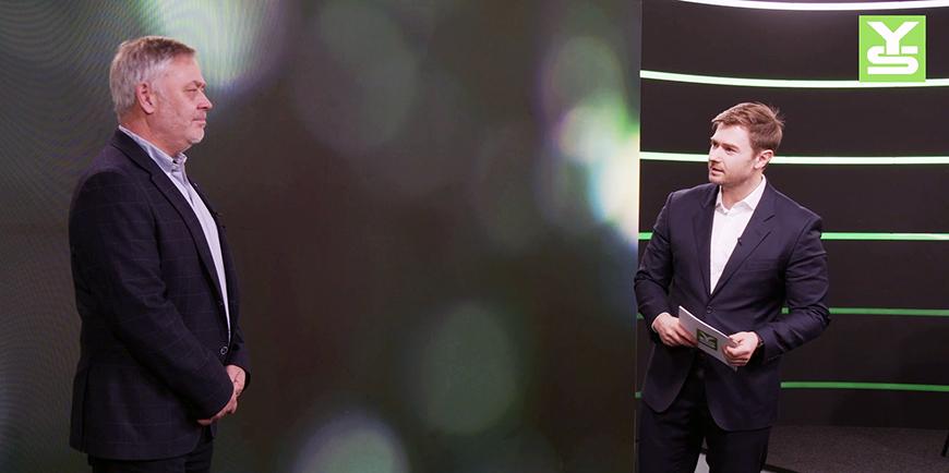 YS-leder Erik Kollerud til venstre, i svart studio med grønn lysstriper, sammen med YS